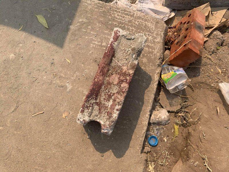 六日的照片顯示,鄧加希位於瓦城的墳墓上,一塊水泥似乎沾了血。(路透)