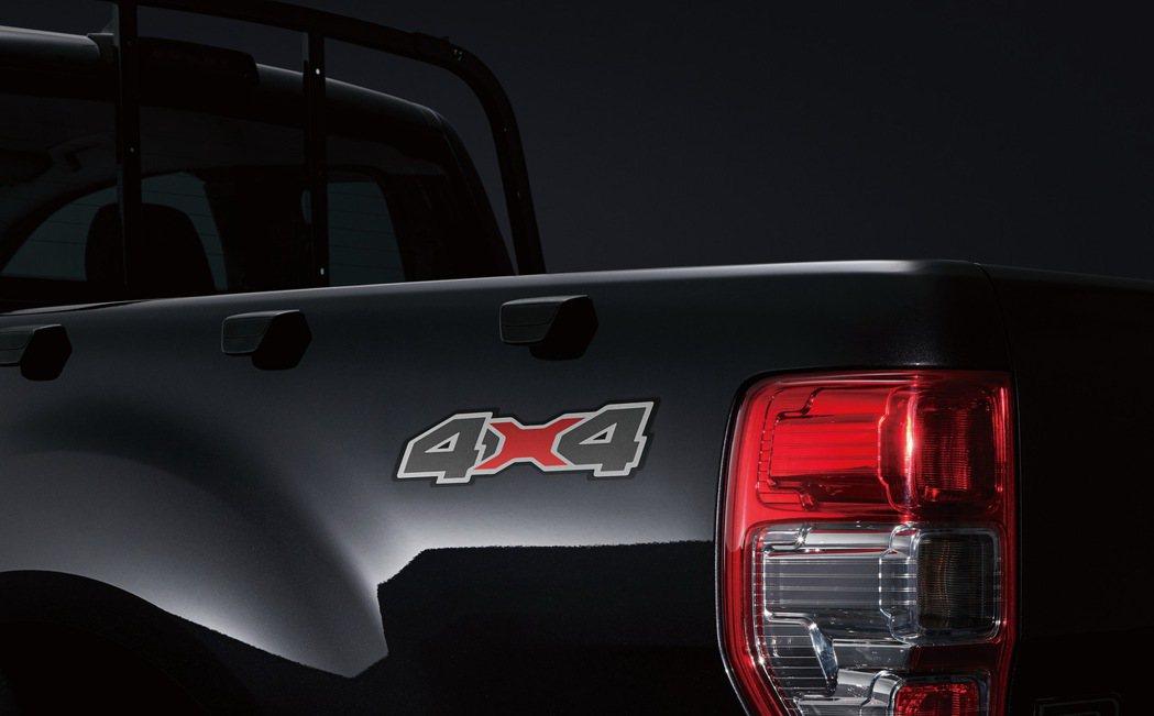 獨特4X4車側貼紙,說明Ford Ranger黑甲騎兵特仕版強悍的越野能力。 圖...