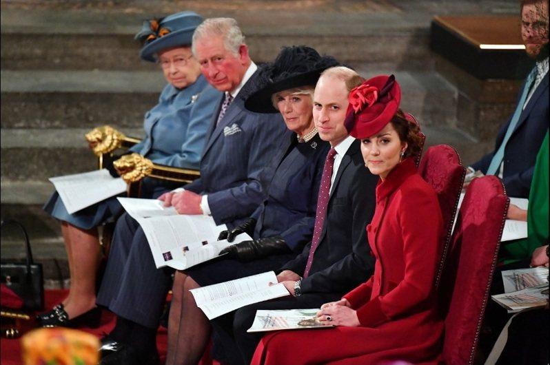在哈利王子夫婦接受歐普拉專訪播出前幾小時,英國女王(左)、王儲查理王子(左二)和妻子卡蜜拉(左三)、威廉王子(右二)和妻子凱特(右)將一起出席一項慶祝大英國協日的活動。圖為去年3月王室出席大英國協日禮拜的資料照片。 圖/路透