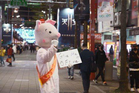 羅志祥近來當起了Youtuber,開設新的Youtube頻道,第一支影片就上街訪問路人對他的觀感,而他也承諾會改變,新上架的第二支影片他則是穿上小豬的布偶裝,在西門町街頭找路人為全球醫護人員加油打氣...