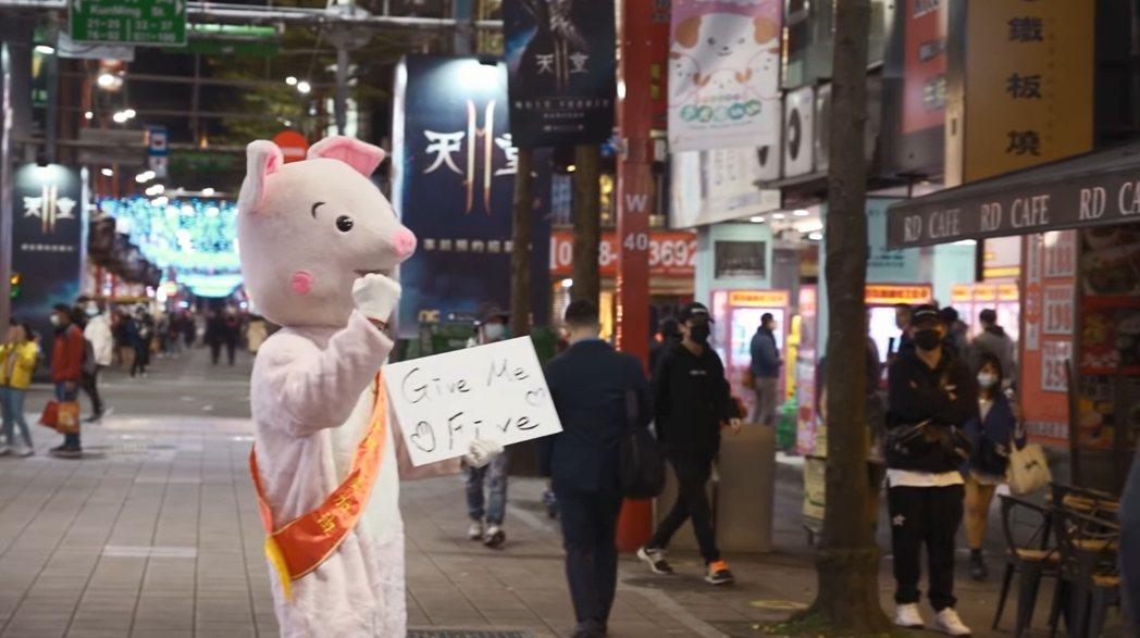 羅志祥穿布偶裝在街頭找路人為醫護人員打氣。 圖/擷自Youtube