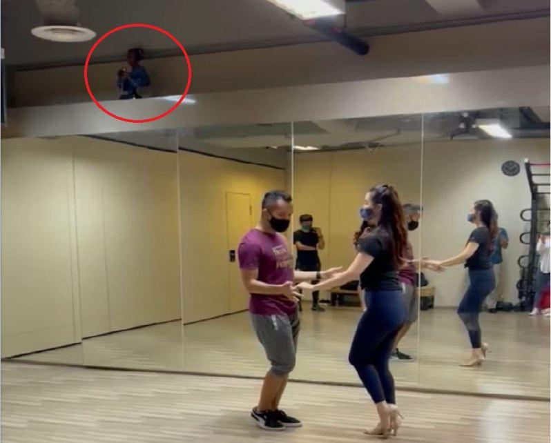 近日一張練舞室裡的照片流傳開來,讓許多人直呼「好毛」!仔細看畫面左上方,疑似有一名小朋友蹲坐在鏡牆上,看起來有些詭異。 圖擷自《路上觀察學院》