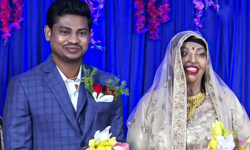 28歲的普拉莫迪尼(右)15歲時遭追求者潑硫酸報復,導致全臉毀容,近日她與未婚夫幸福共結連理。圖擷自The Logical Indian