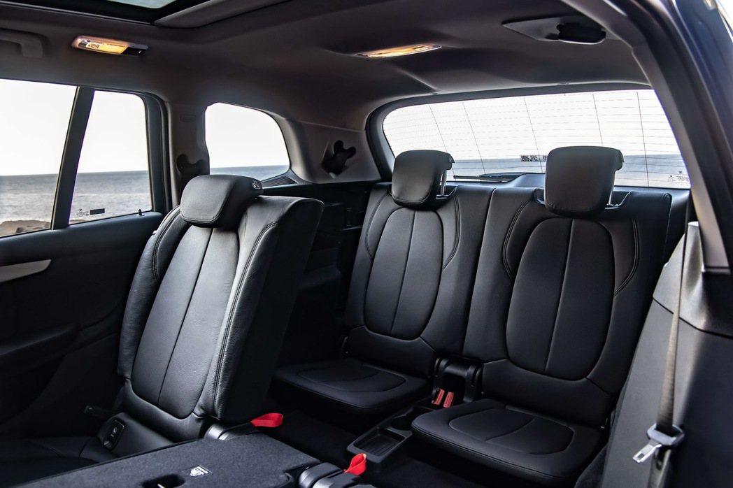 全新BMW 2系列Gran Tourer標準配備的第三排座椅,搭配後座可調式空間...