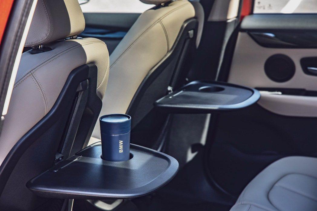乘客可依喜好上下調整桌面高度的後座折疊式專用桌,使後座機能更加完備。 圖/汎德提...