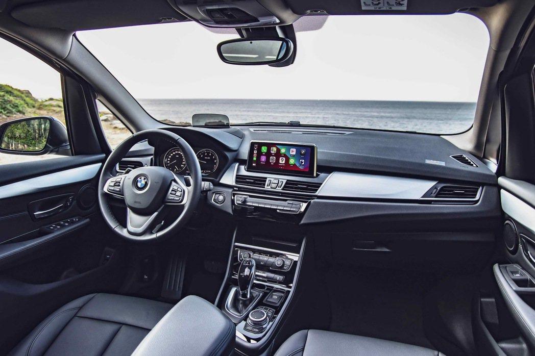 8.8吋中控觸控螢幕結合領先業界的無線Apple CarPlay整合系統,讓您擁...