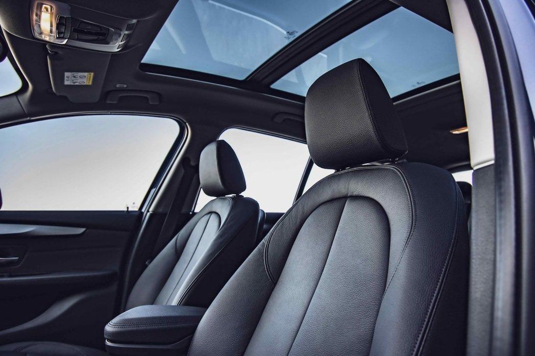 全車系標準配備的全景式電動玻璃天窗,使車室呈現更加寬闊、舒適的氛圍。 圖/汎德提...