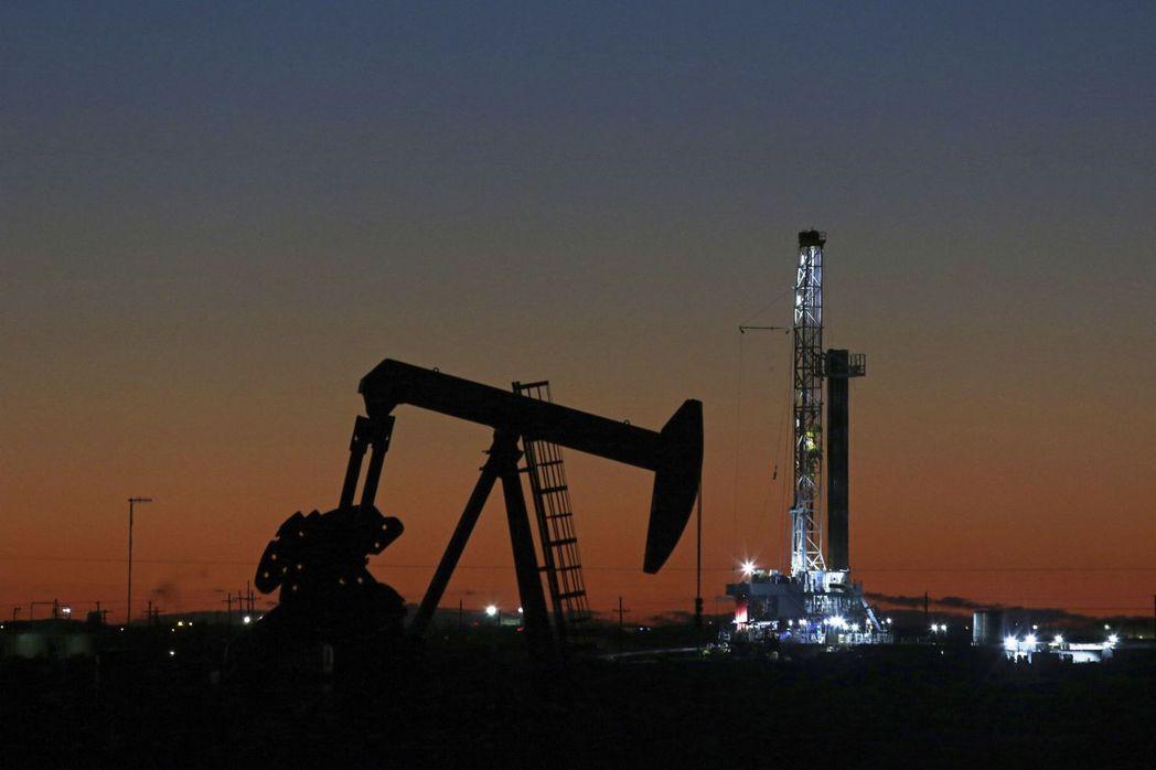 隨著新冠肺炎疫情降溫,企業準備迎接需求強彈,諸如石油等製造產品所需的商品價格最近...