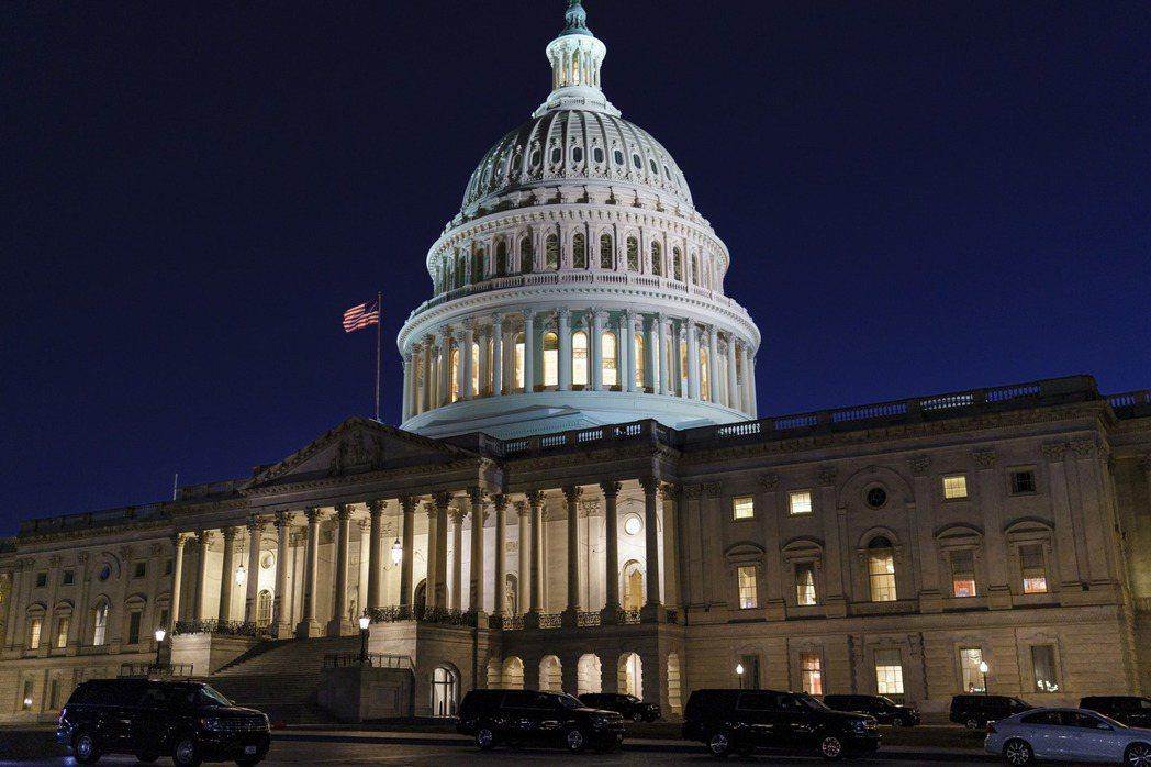 美國聯邦參議院6日通過總統拜登提出的規模1.9兆美元紓困方案後,眾議院預料本周也...