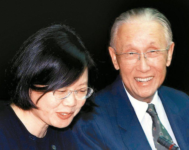蔡英文總統(左)曾隨海基會董事長辜振甫登陸。本報資料照片