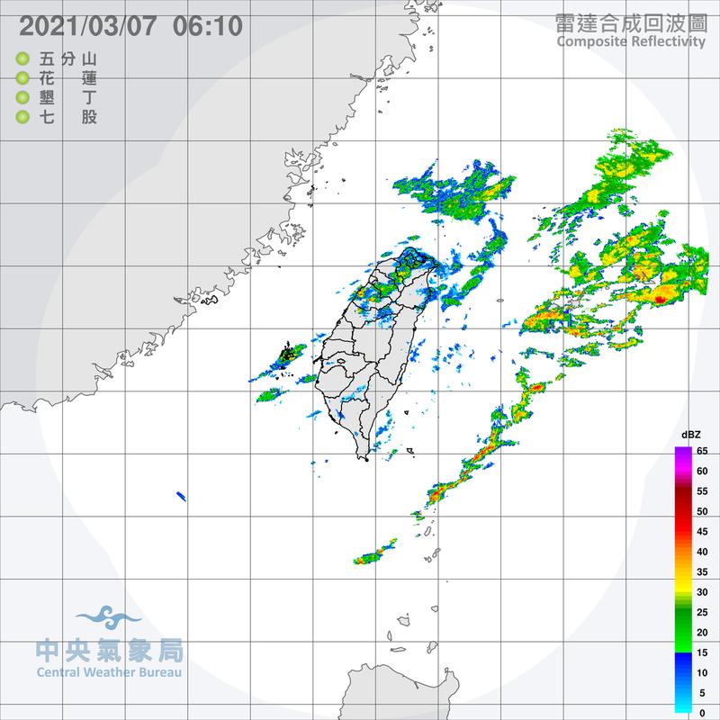 雷達回波圖顯示,鋒面對流系統已在台灣東方海面,中部以北仍有較弱的降水回波,伴隨的降雨也較小。圖/取自氣象局網站