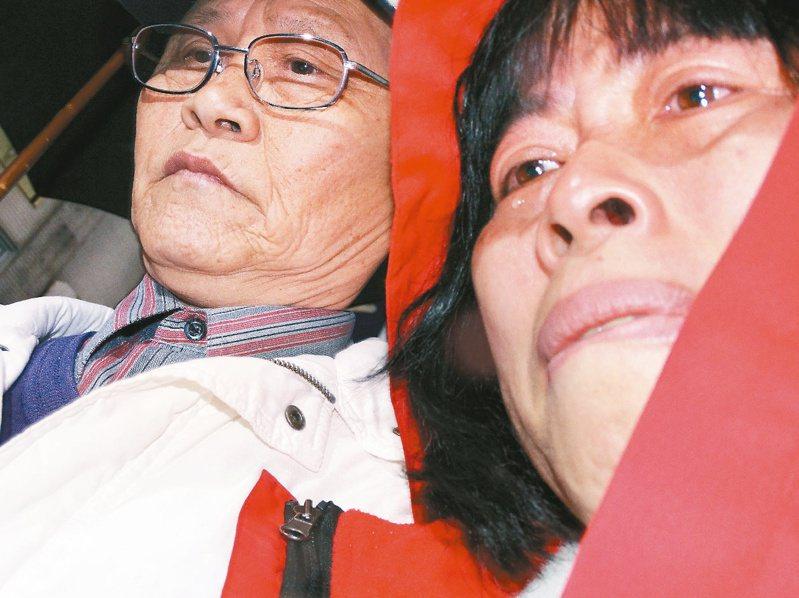 2014年3月7日洪仲丘案一審宣判,洪仲丘的父母北上聆判,原本打算在宣判後向大家致謝,但在聽完判決後,連話都講不出來,不斷落淚。圖/聯合報系資料照片