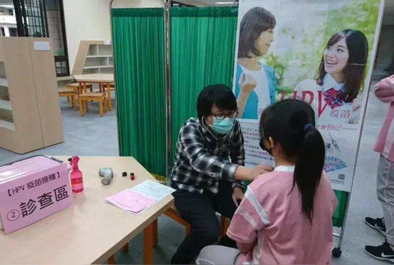 國中女生公費人類乳突病毒(HPV)疫苗注射。圖/新竹縣政府提供