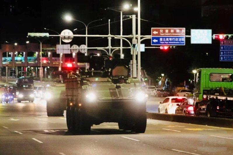 憲兵在台北市等城鎮執行中樞防衛任務,裝備迷彩卻採用綠色叢林迷彩,遭到立委關切。圖為憲兵第202指揮部裝步第239營所屬雲豹甲車隊在台北市執行夜間戰術機動。 圖/軍聞社提供