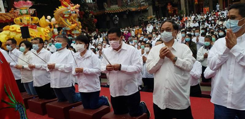 鎮瀾宮祈雨祭典,台中市長盧秀燕(右四)率市府相關局處長與祭。記者游振昇/攝影