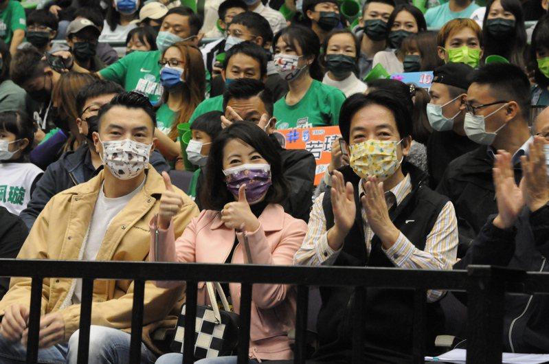 副總統賴清德(右)、立委吳思瑤(中)和退役的「飛人」陳信安觀賞女子組季軍戰。記者曾思儒/攝影