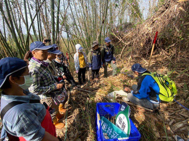 植樹節將至,台中市大肚山因火燒山、種源缺乏,若以自然演替恢復天然林,時間會非常緩慢。東勢林管處上午委託台灣山林復育協會執行「大肚山生態造林示範計畫」透過人為力量,協助森林進行復育與更新,以回復它自然樣貌。圖/台灣山林復育協會提供