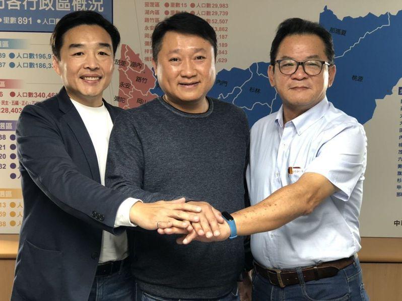 國民黨高雄市黨部主委李哲華(中)說,年輕世代勇於承擔是好事,2022選舉提名辦法最快今年10月通過。本報資料照片