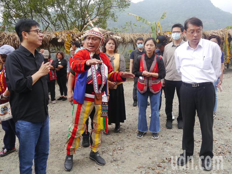 拉阿魯哇族人盼加強祭儀場設施,陳其邁(左一)對地面遍布碎石感到不妥,要求工務局協助改善。記者徐白櫻/攝影