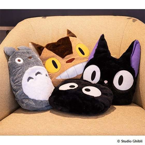 可收納蓋毯系列,共有龍貓、貓巴士、灰塵精靈、吉吉等4款,每款售價1,400元。圖...