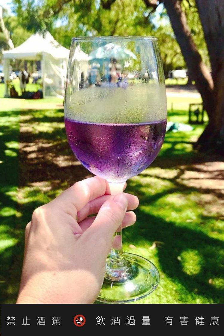 紫色葡萄酒適合冰鎮後飲用。圖/摘自purplereign.com.au官網。 提...