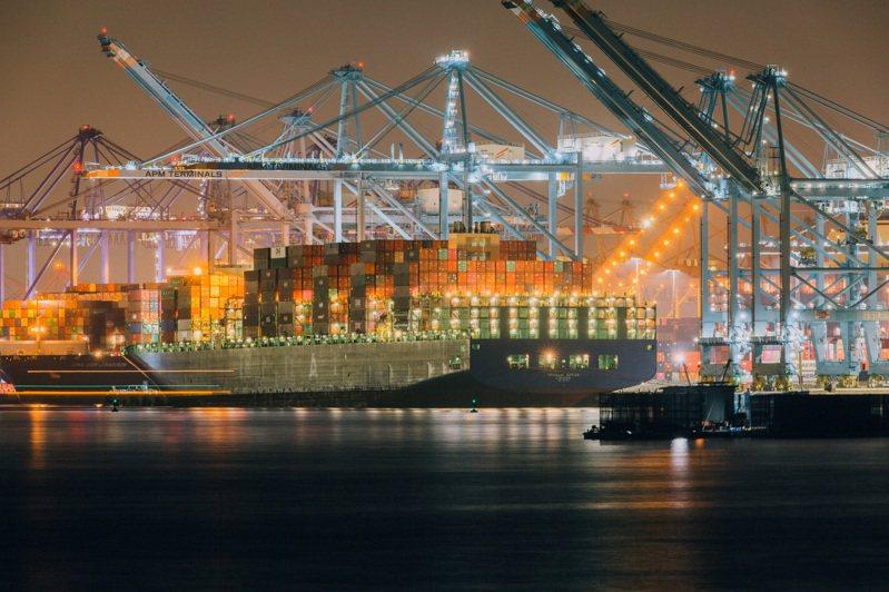 新冠疫情以來,國際運輸費用節節上升,使得全球經濟復甦增加新挑戰。圖為上月24日的美國加州洛杉磯港。圖/紐約時報