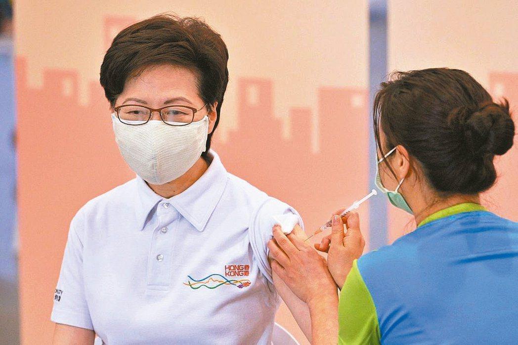 香港特首林鄭月娥日前率領港府團隊接種大陸科興新冠疫苗。(法新社)