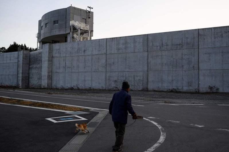311大地震之後,日本政府編列1.3兆日圓幫沿海621個地方興建或改建堤防。圖為岩手縣陸前高田市的堤防。法新社