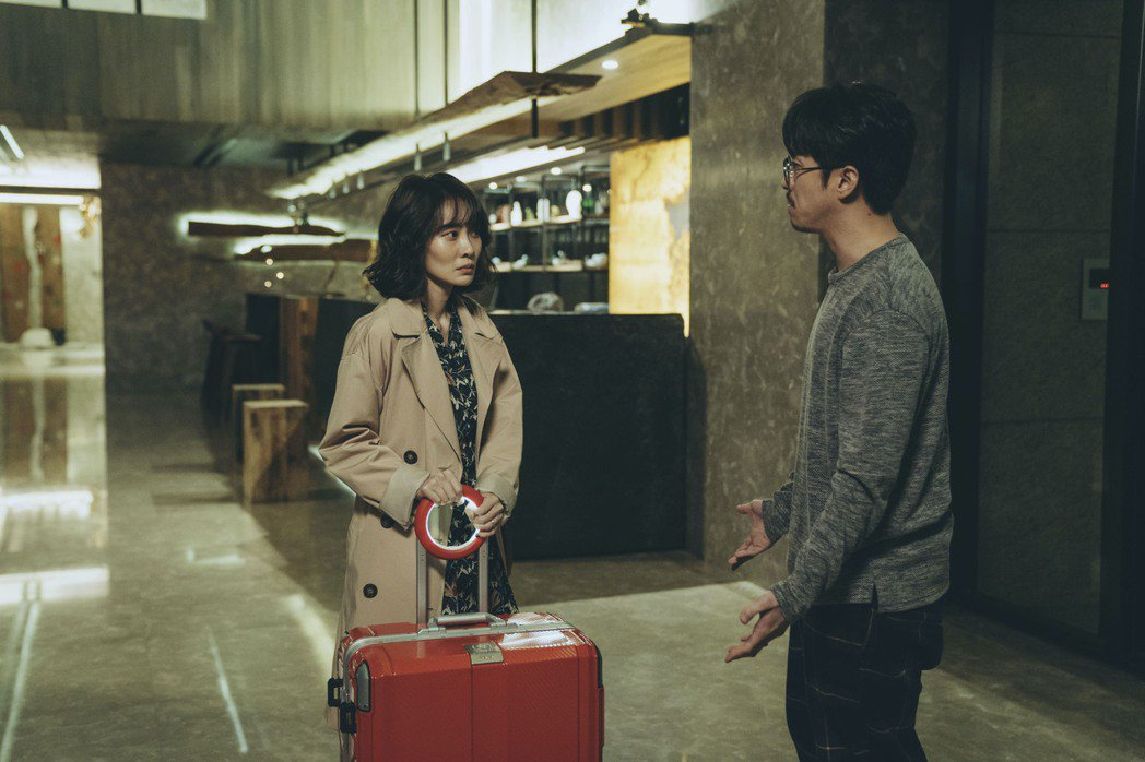李奕捷(左)在「幸福話術」中想盡辦法和老公陳漢典溝通。圖/瀚草影視提供