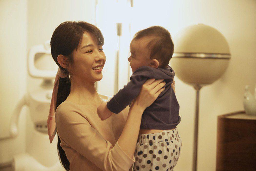 邵雨薇在「完美預測」享受初為人母的喜悅,卻也面臨教育孩子的困境。圖/瀚草影視提供