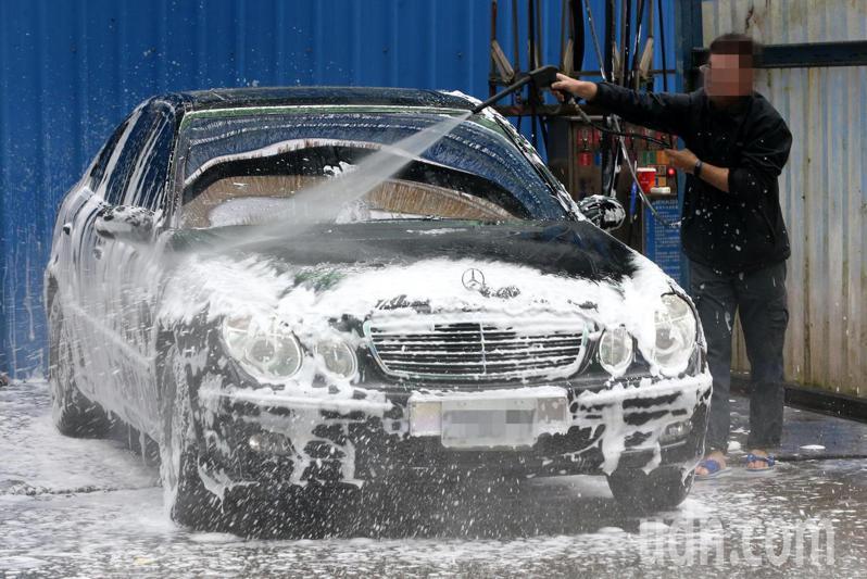 洗車示意圖。記者胡經周/攝影