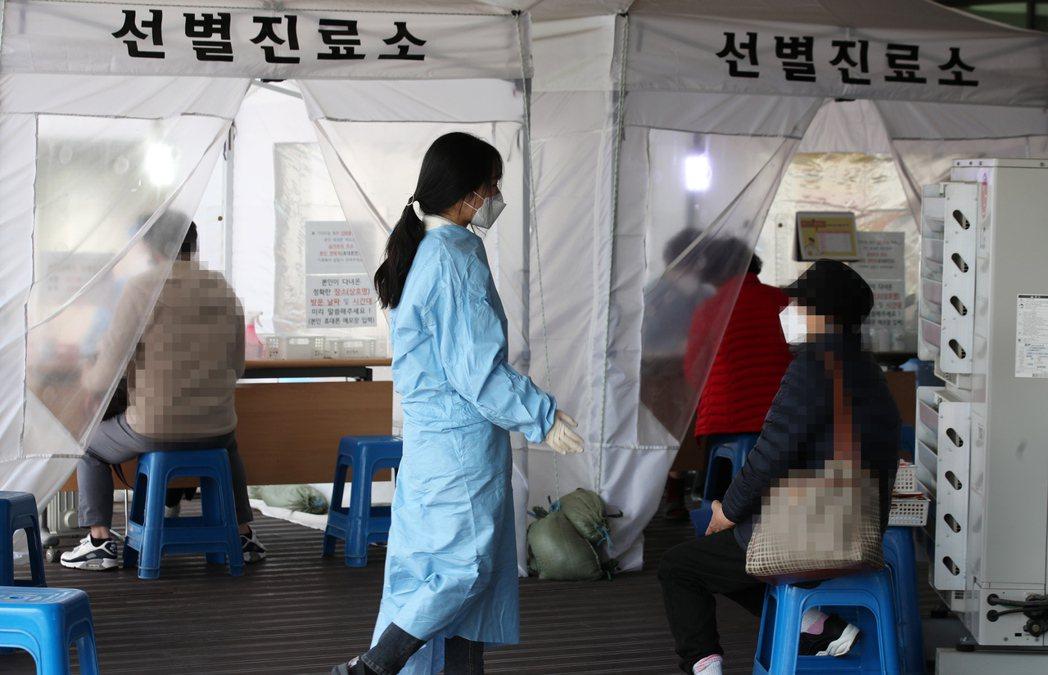 南韓將把每日病毒檢測量增至50萬例,圖為光州市一處戶外檢測站。歐新社