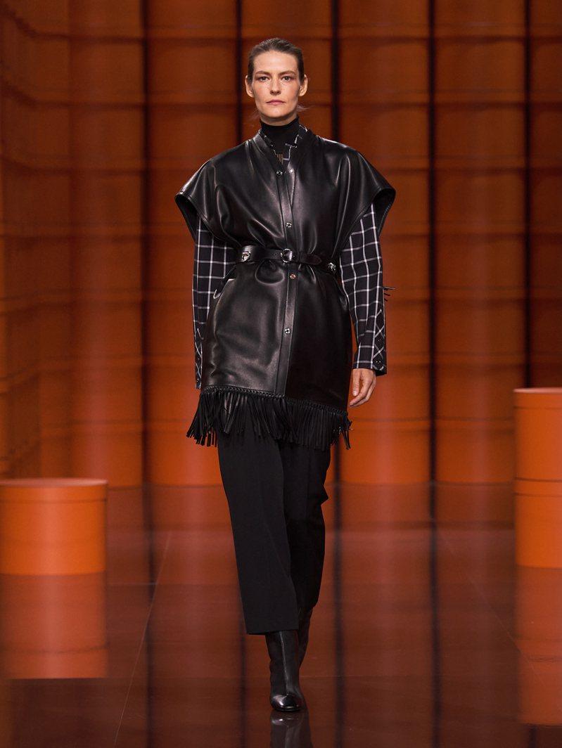 一系列黑白細膩格紋圖騰、皮革交錯而成的格狀裝飾,穿戴起來像是女戰士的盔甲。圖/愛馬仕提供