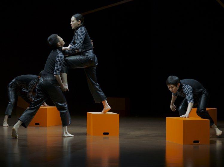 在上海愛馬仕之家的舞者演出由古佳妮指導的作品,挑戰肢體極限。圖/愛馬仕提供