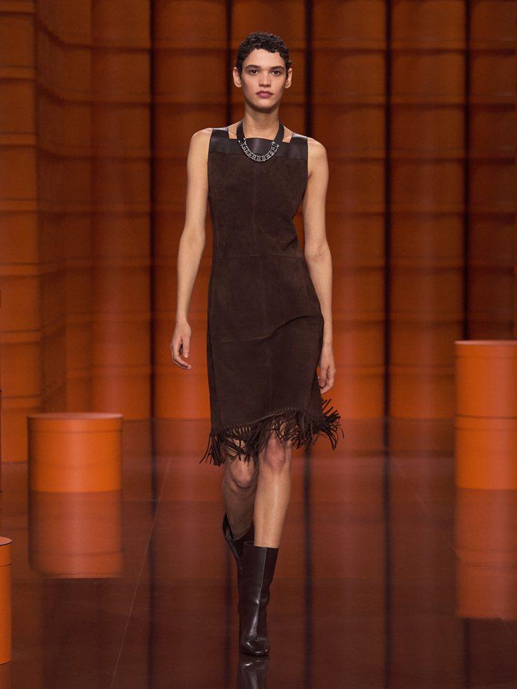 裙襬上的流蘇裝飾搖曳生姿。圖/愛馬仕提供