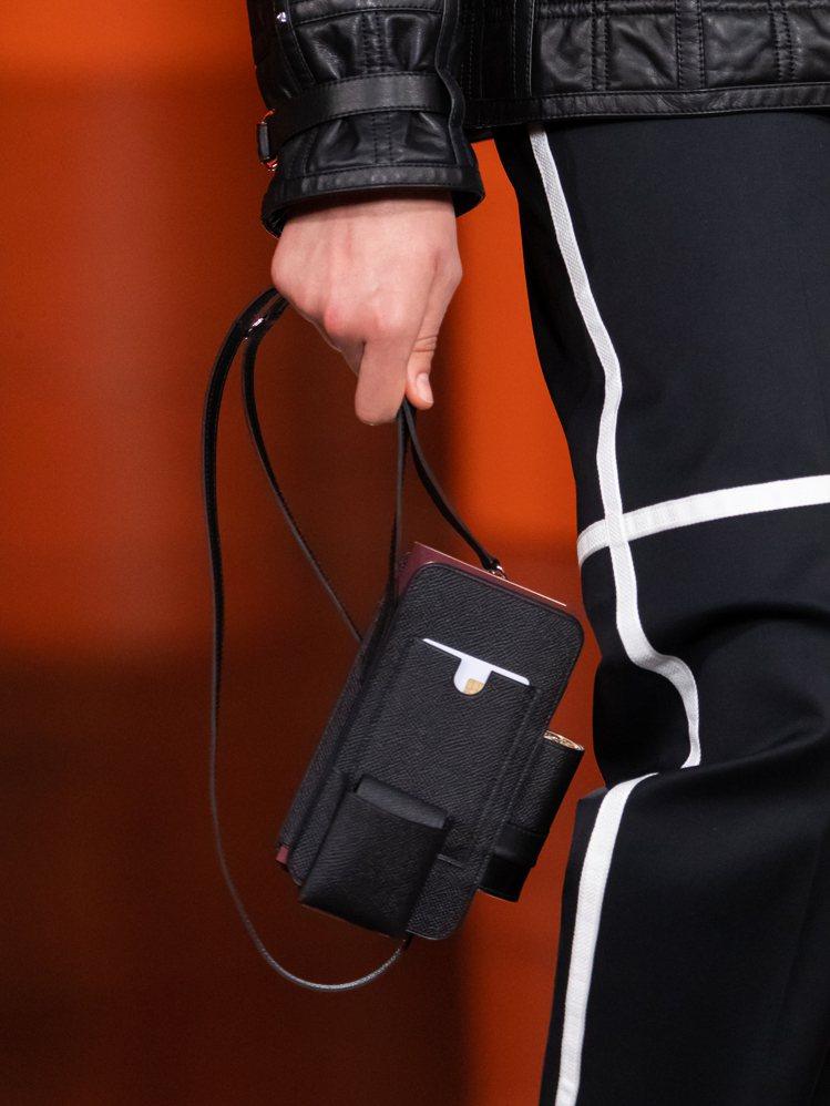呼應迷你包的熱潮,具備各種收納功能的手機包拎在手上可愛又實用。圖/愛馬仕提供