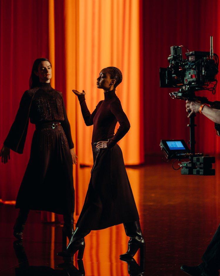 作為序幕的紐約第七軍團槍械庫現場,舞者們跳著由美國編舞家Madeline Hol...