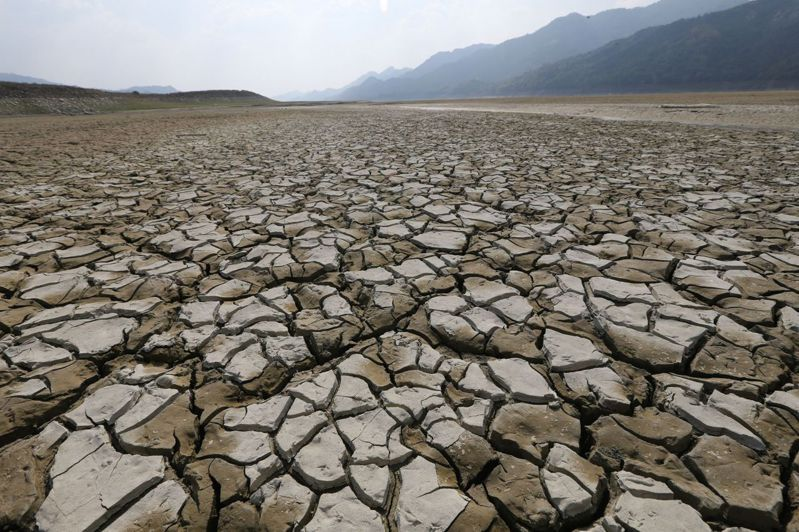 長期缺水讓曾文水庫蓄水率驟降至14.9%,湖底乾涸裸露。記者劉學聖/攝影