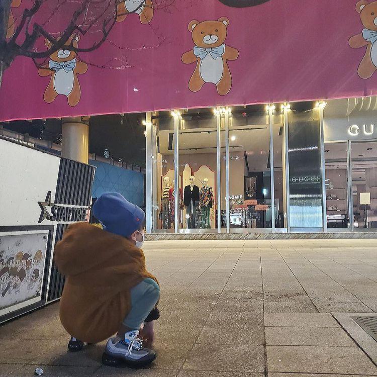 Kai也在近日po出帶著姪子去逛Kai x Gucci Collection店鋪...