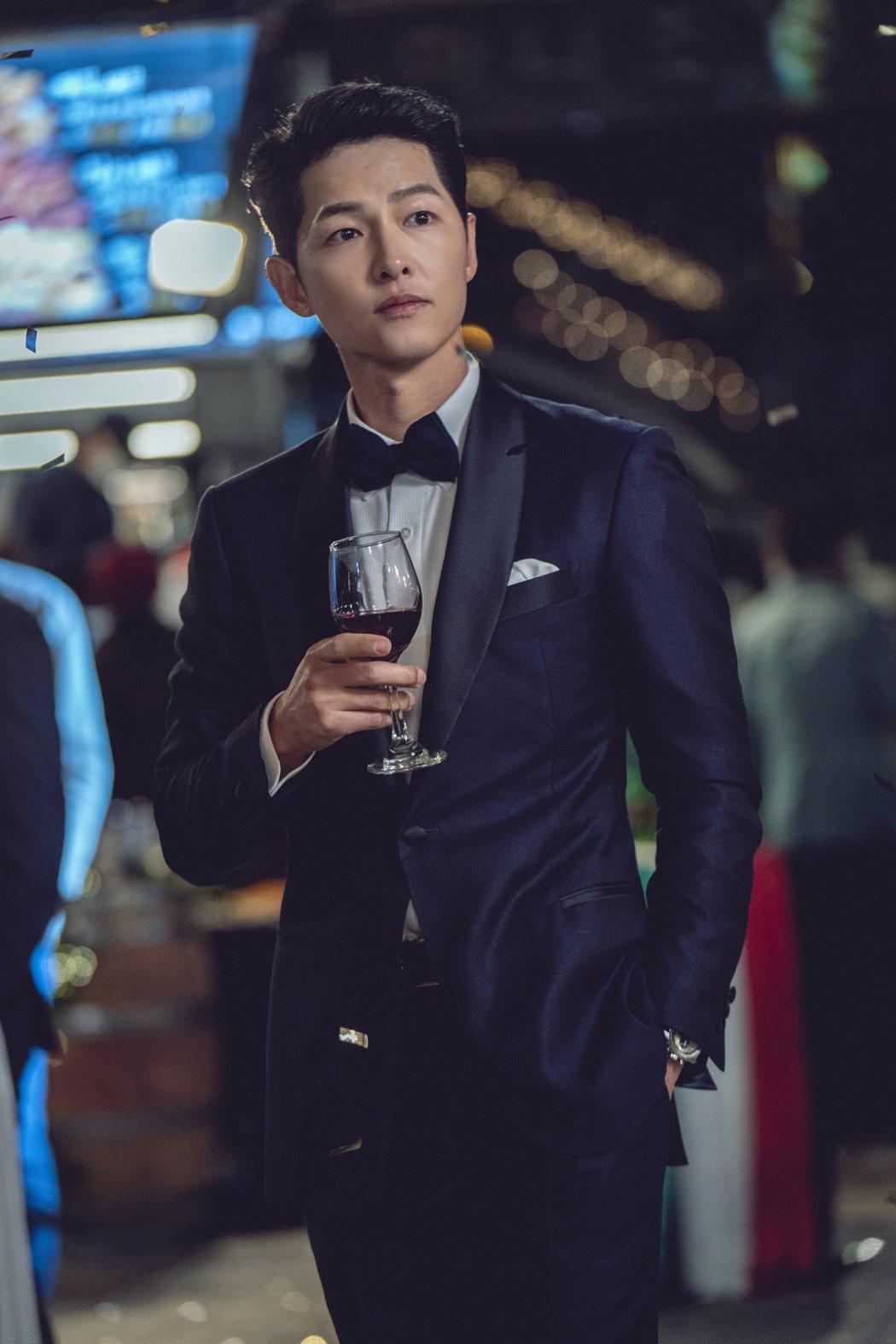 宋仲基在西裝襯托下更加帥氣。圖/Netflix提供   ※ 提醒您:禁止酒駕 飲