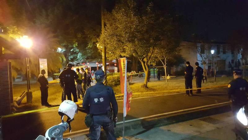 高雄大樹區今天傍晚發生槍擊案,疑似因感情糾紛引發殺機,2名勸架男子受槍傷,送醫急救中,警方封鎖現場採證中。記者徐白櫻/翻攝