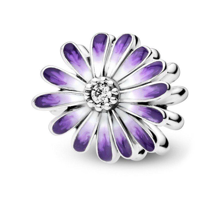 Pandora漾紫小雛菊琺瑯925銀串飾,2,080元。圖/Pandora提供