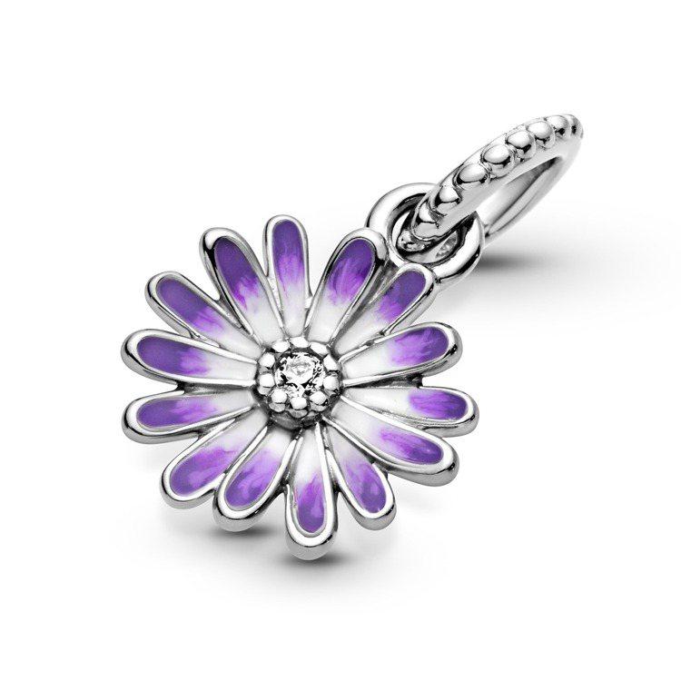 Pandora漾紫小雛菊琺瑯925銀吊飾,2,080元。圖/Pandora提供
