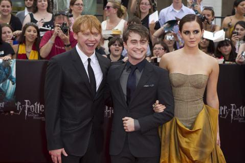 「哈利波特」系列電影曾在全球各地累積驚人票房,觀眾對於相關人物、情節都還保持高度興趣,因而華納與原著作者J.K.羅琳還又合作了姊妹作「怪獸與牠們的產地」片集,期望延續熱度,不過此系列推出到現在,兩集...