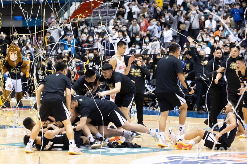 泰山高中終場以81:78逆轉擊敗南山高中拿下最後勝利,迎接隊史第一座金盃。記者季相儒/攝影