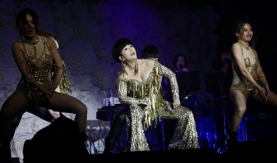周思潔(中)瘦身11公斤,性感登台開唱。記者李政龍/攝影