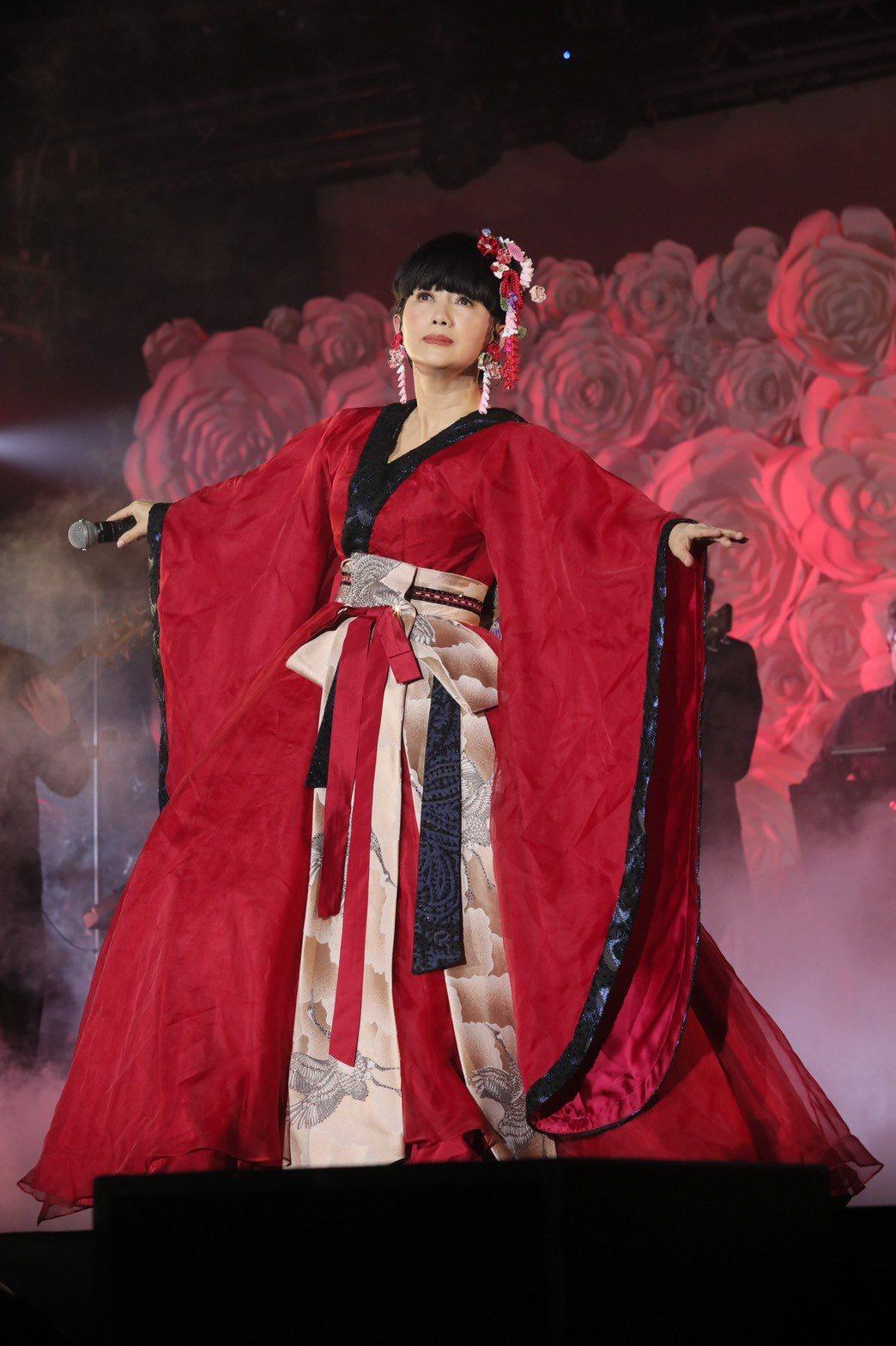 周思潔化身和風歌姬,穿著紅色改良式和服。記者李政龍/攝影