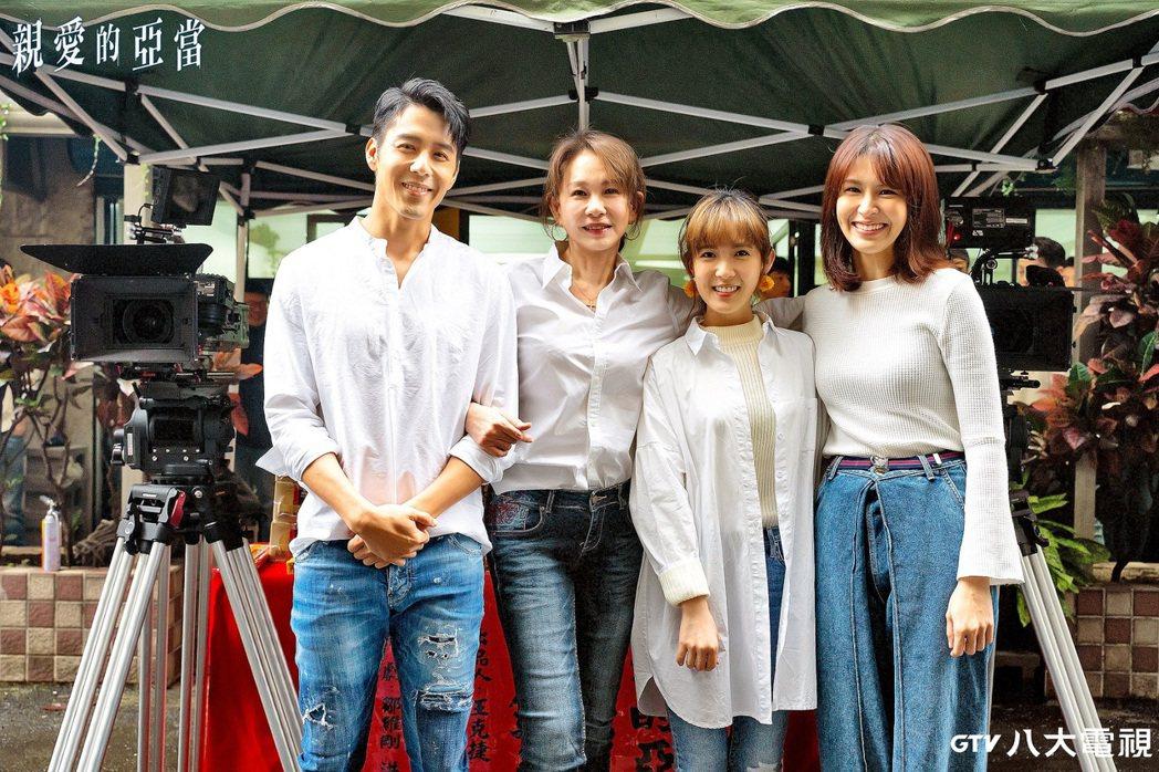 胡宇威(左起)、周丹薇、孫可芳、曾沛慈演出「親愛的亞當」。圖/八大提供