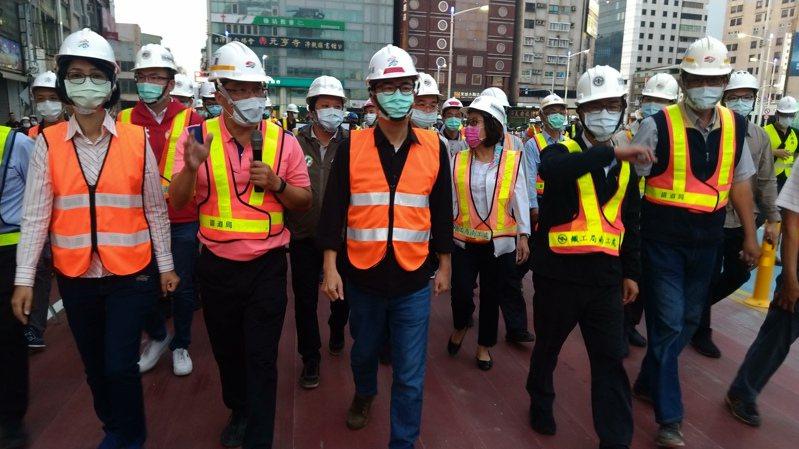 站西路今天通車,高雄市長陳其邁(前左三)昨晚前往視察進度,並了解相關配套措施等。聯合報系記者蔡孟妤/攝影