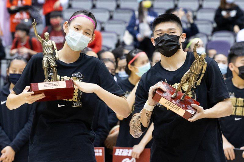 淡商郭虹廷(左)和泰山徐宏瑋分別獲得109學年HBL女甲和男甲MVP。記者季相儒/攝影